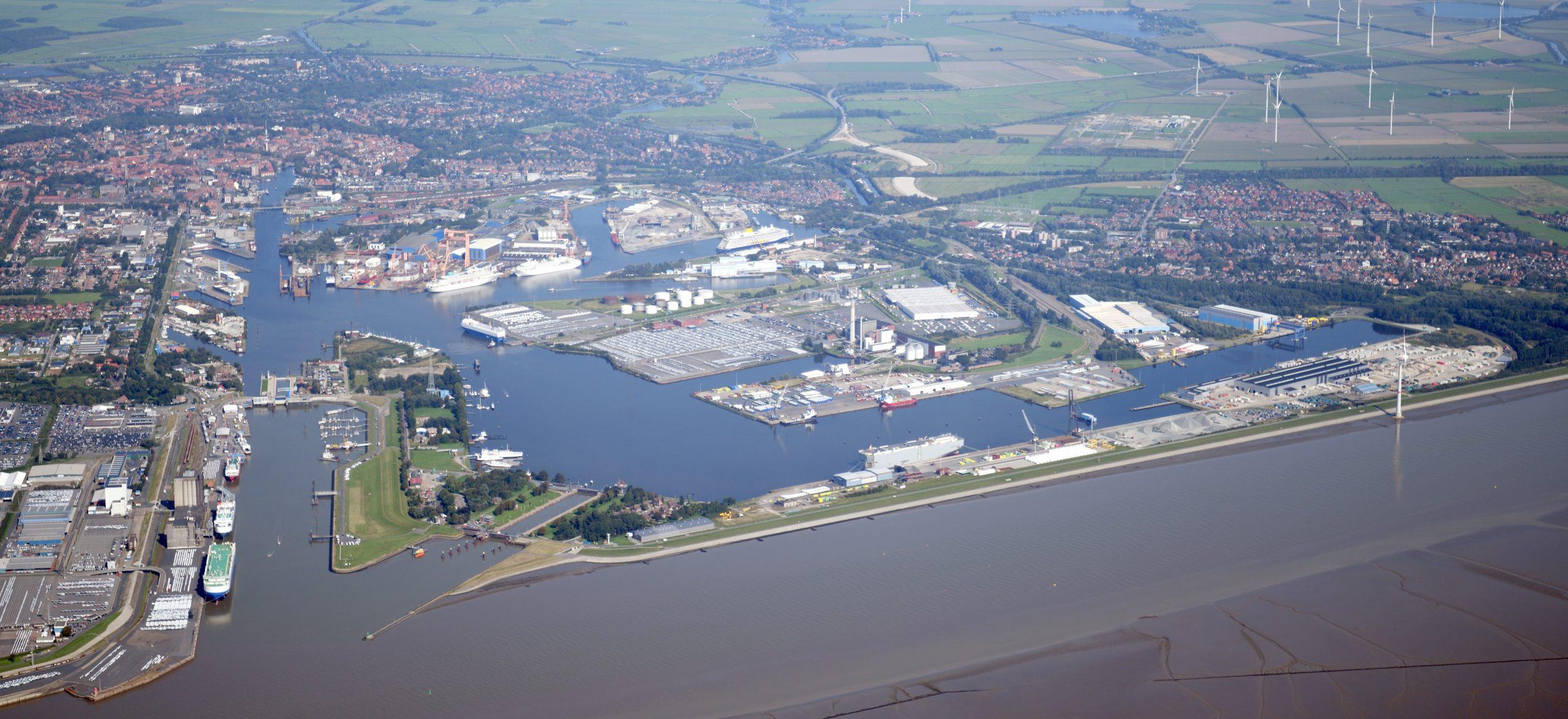 https://seaports.de/content/uploads/Luftaufnahme_Emden_komplett_schmal-scaled.jpg